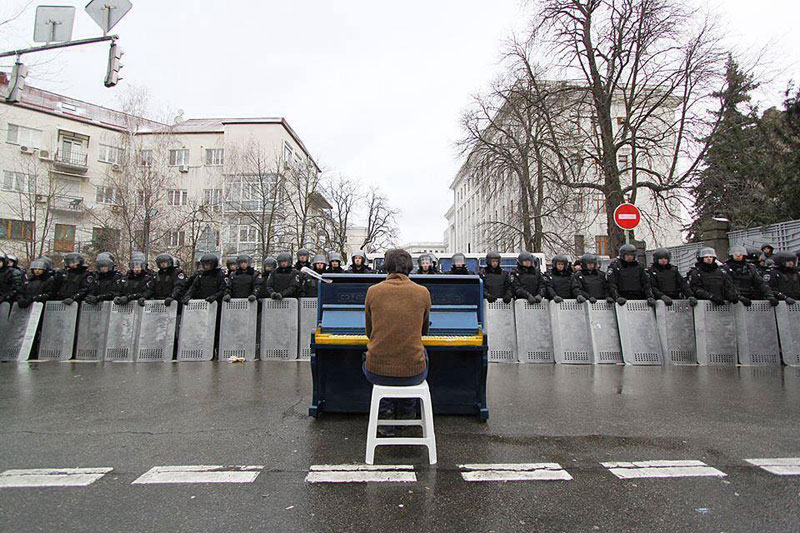 Piano Player Kiev protests
